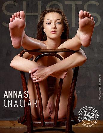 Anna S. sobre una silla