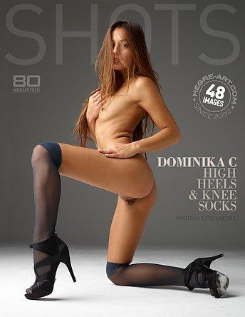 Dominika C tacones altos y calcetas a las rodillas