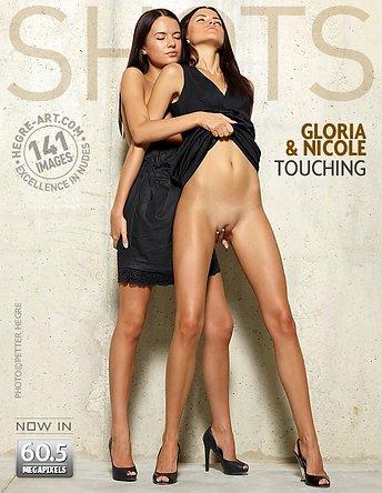 Gloria y Nicole tocándose