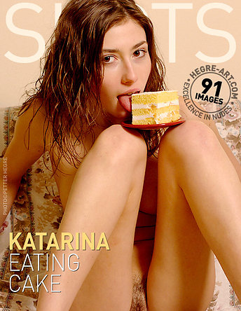 Katarina comiendo pastel