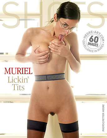 Muriel lamiendo pechos