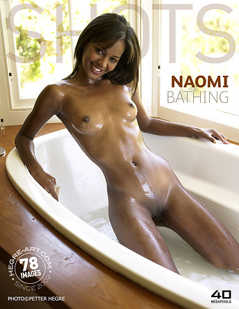 Naomi bañándose