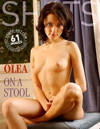 Olea auf einem Hocker