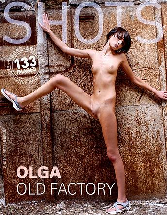Olga en fábrica antigua