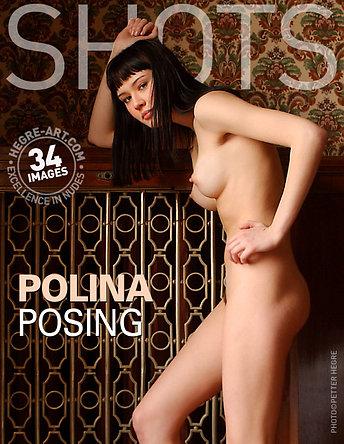 Polina steht Modell