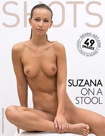 Suzana sur un tabouret