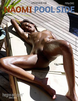 Naomi Junto a la piscina
