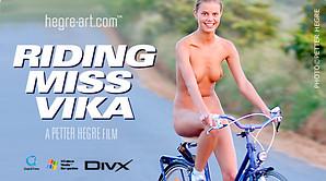 Miss Vika à vélo