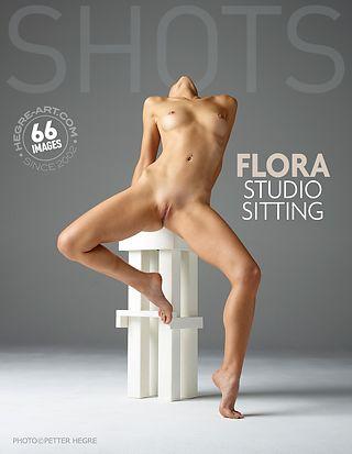 Flora sentada en el estudio