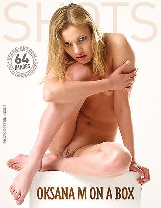 Oksana M. auf einer Kiste