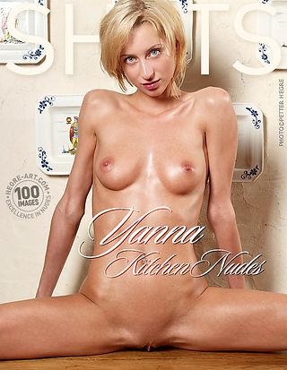 Yanna nu dans la cuisine