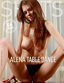 Alena danse sur table