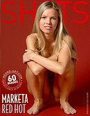 Marketa scharf in Rot