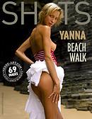 Yanna caminata por la playa