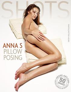 Anna S pose sur coussins