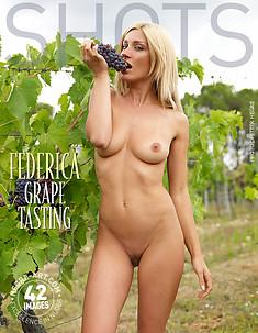 Federica catando uvas