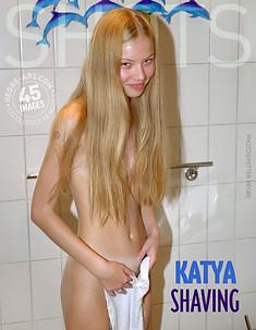 Katya afeitándose
