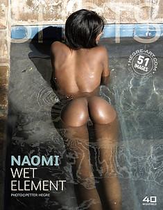 Naomi im feuchten Element