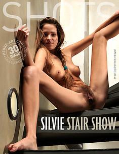 Silvie show en la escalera
